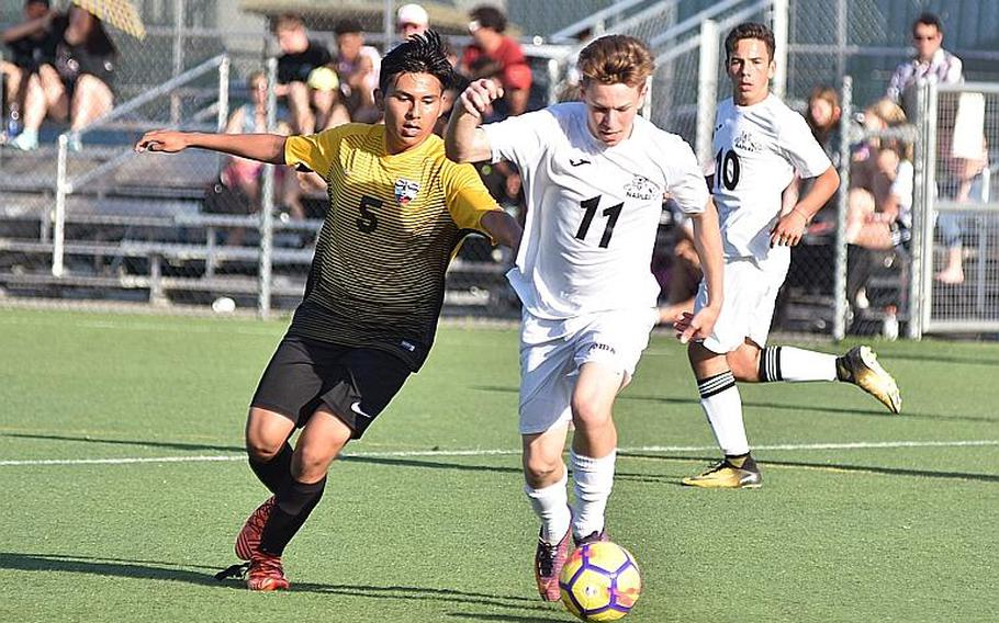 Stuttgart's William Bermudez and Naples' Evan Cone battle for the ball on Friday, April 20, 2018, in Vicenza, Italy.