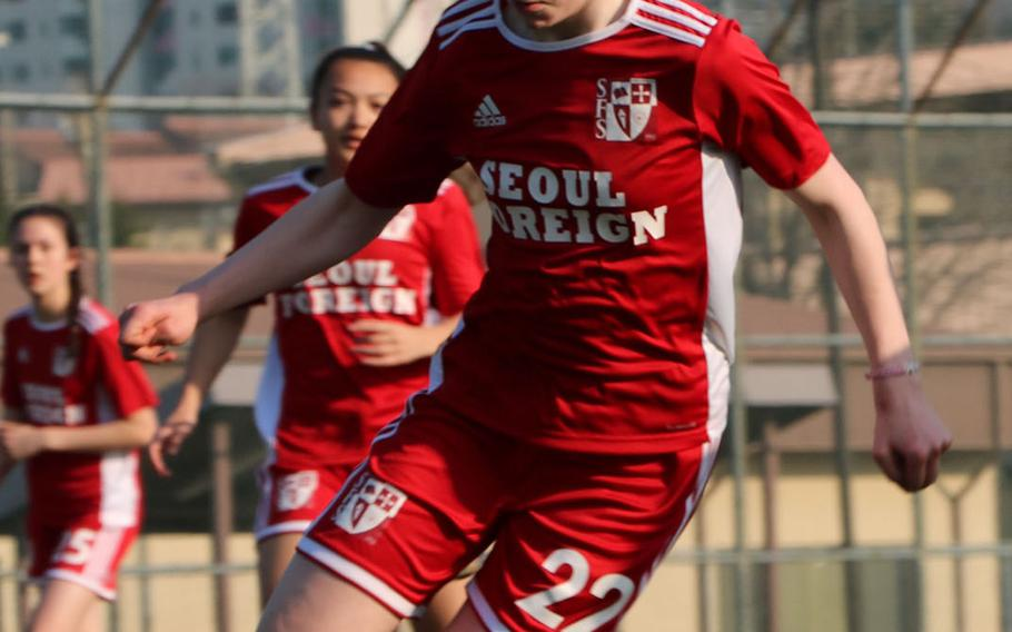 Seoul Foreign's Theodora Clare bears down on the Daegu net during Friday's Korea Blue girls soccer match, won by the Crusaders 2-0.