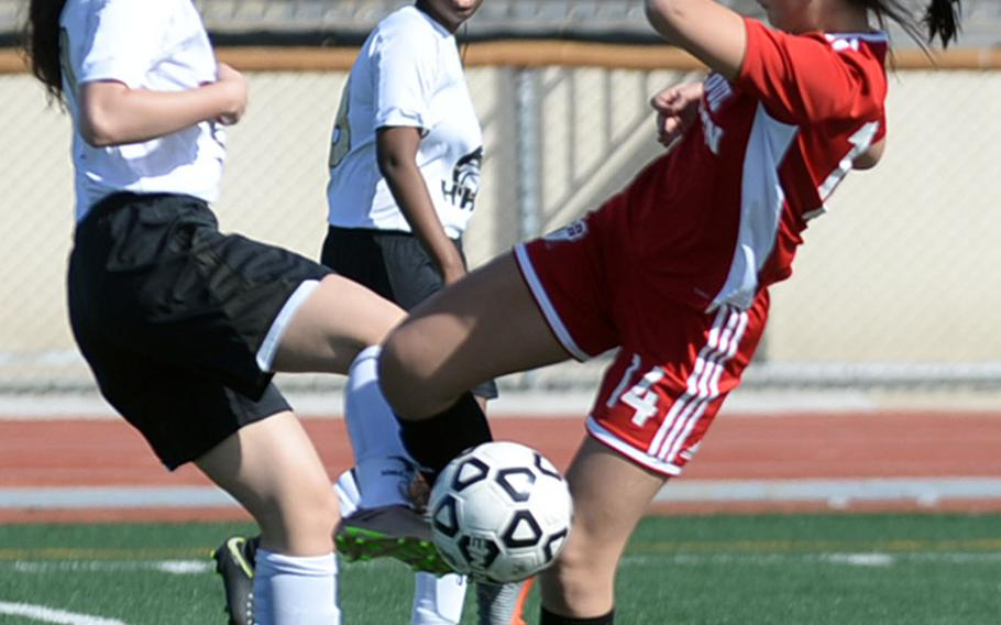 Humphreys' Jackie Puskas and Seoul Foreign's Rachel Stones battle for the ball during Wednesday's Korea Blue girls soccer match, won by the Crusaders 2-1.