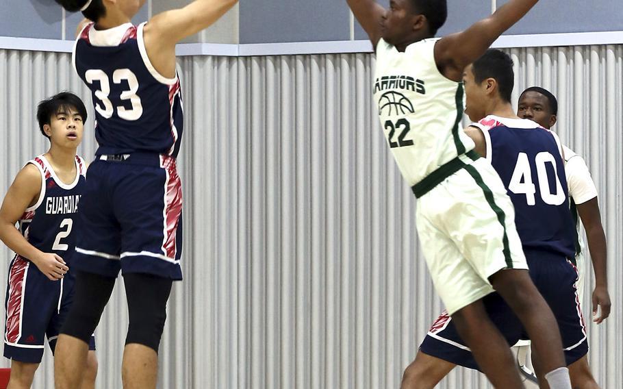 Yongsan's Si Kwak shoots over Daegu's Antwoine McCall during Saturday's Korea Blue boys basketball game. The Warriors won 46-40.