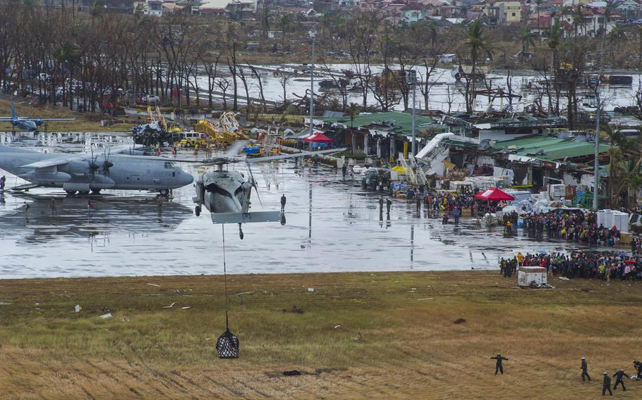 A Seahawk helicopter with the George Washington Strike Group approaches Tacloban Airport carrying supplies in support of Operation Damayan, Nov. 14, 2013.