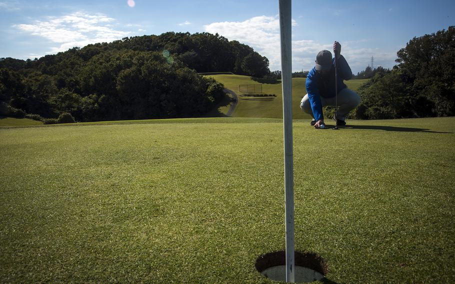 Tama Hills pro Patrik Bowman lines up a put on the 18-hole course in Tokyo, Dec. 19, 2019.