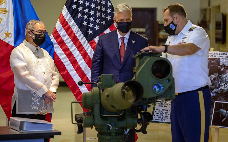 National security adviser Robert O'Brien, center, checks out a TOW-2A missile system in Manila, Monday, Nov. 23, 2020.