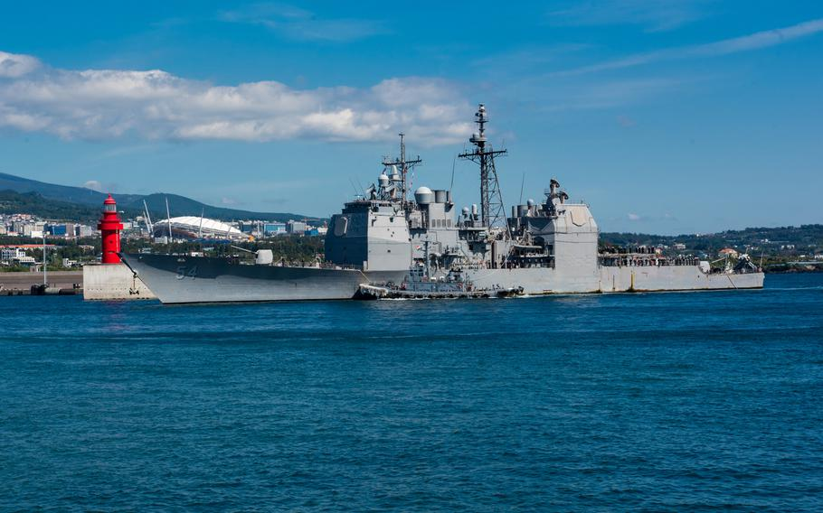 The Ticonderoga-class guided-missile cruiser USS Antietam pulls in to port at the Republic of Korea (ROK) Navy base in Jeju on Oct. 12, 2018.