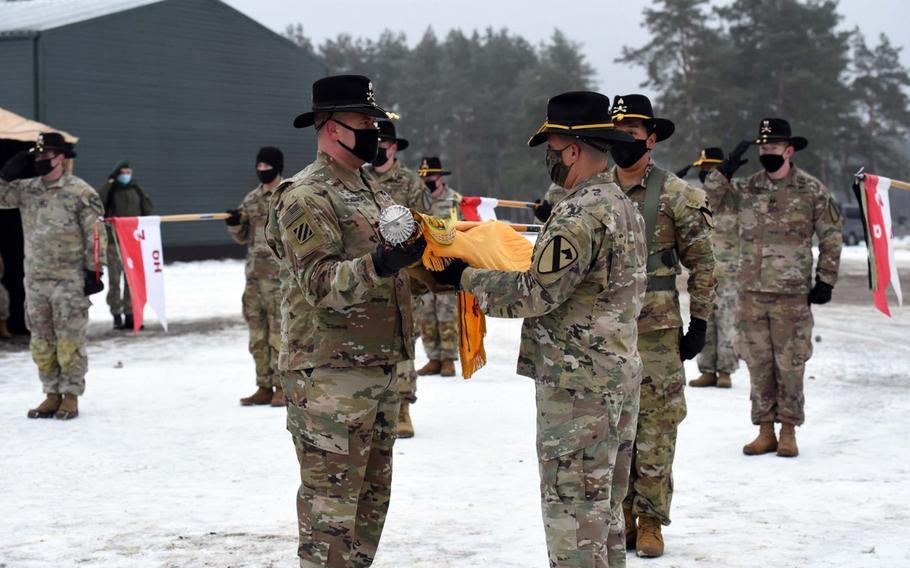 8-ojo kavalerijos pulko 2-ojo bataliono kariai iš Fort Hudo (Teksasas) atskleidžia spalvas per ceremoniją, įvykusią 2020 m. Sausio 4 d., Pirmadienį, Pabrade, Lietuvoje.  Ateinančius aštuonis mėnesius padalinys praleis misijoje, nukreiptoje į Rusijos agresijos atgrasymą.