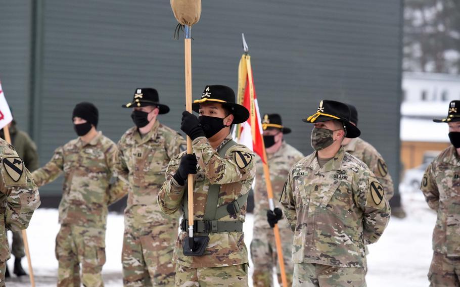 8-ojo kavalerijos pulko 2-ojo bataliono kariai iš Fort Hudo (Teksasas) stovi darinyje, nes vieneto spalvos nebuvo nurodytos per pirmadienį, 2020 m. Sausio 4 d., Pabradyje, Lietuvoje.  Ateinančius aštuonis mėnesius padalinys praleis misijoje, nukreiptoje į Rusijos agresijos atgrasymą.