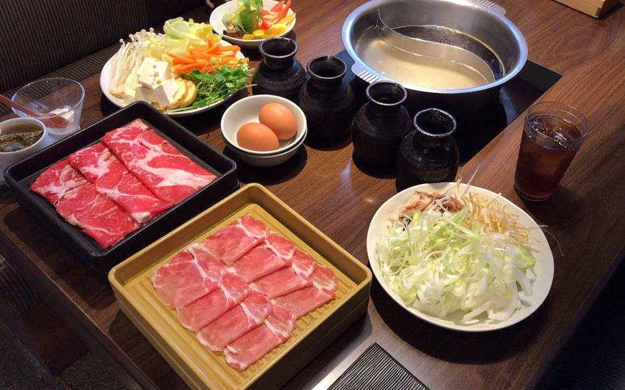 Vegetables, meat and a variety of saurces come with Nabezo's all-you-can-eat hot pot course. Customers cook vegetables and meat in the hot pot with their choice of five kinds of soup.