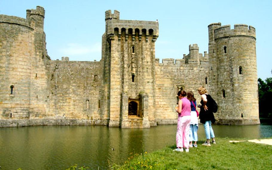 Bodiam Castle is one of the most beautiful in all of England. More than 170,000 visit the castle in the south of England, not far from Battle and Hastings.