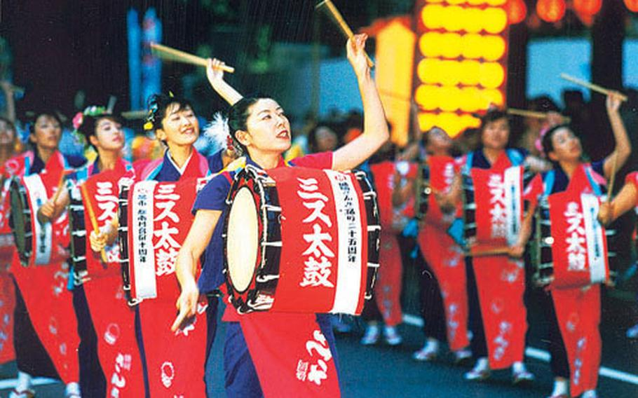 An impressive dance parade takes place along the main street in Morioka. Groups of dancers, performers with drums and flutes parade nearly 1 kilometer from 6 to 10 p.m. for three nights.