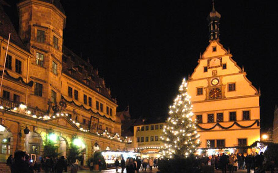 The Rothenburg Christmas market on the market place, with the town hall at left and Ratstrinkstube at right.