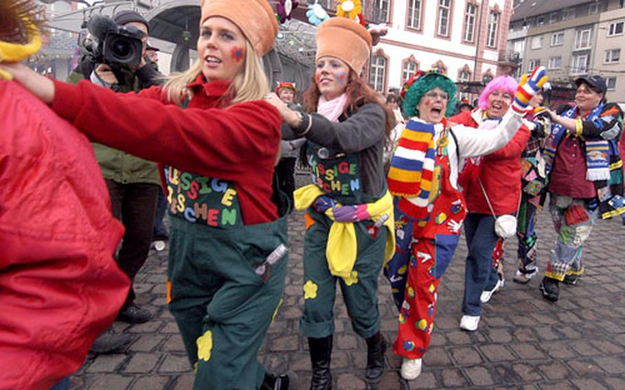The final days of carnival in Germany get under way on the Thursday before Ash Wednesday, with Weiberfastnacht, or women's carnival. Last year in Mainz, thousands of revelers braved a drizzle to celebrate the beginning of the end of the crazy days.