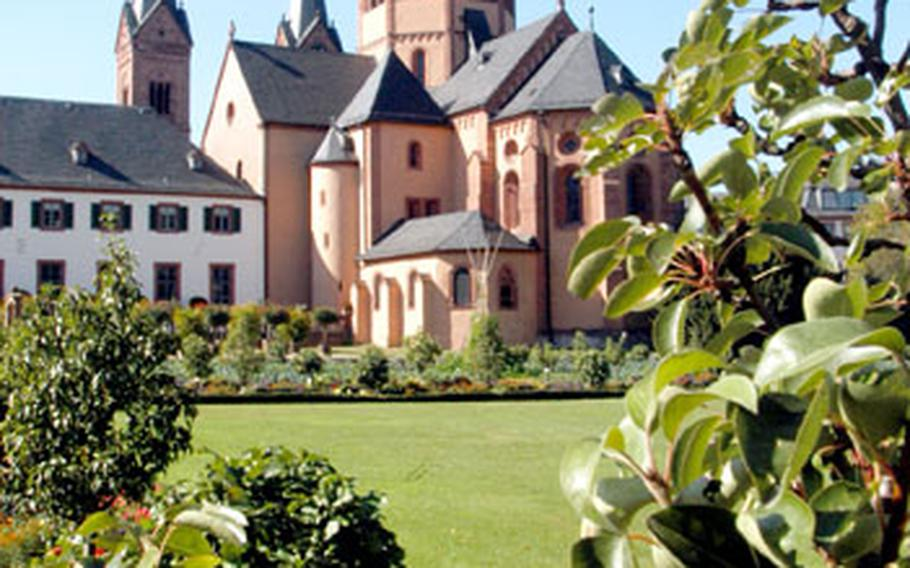 The Seligenstadt abbey's park and garden sprawl in front of the basilica, the largest of its type north of the Alps. It towers over the former cloister.