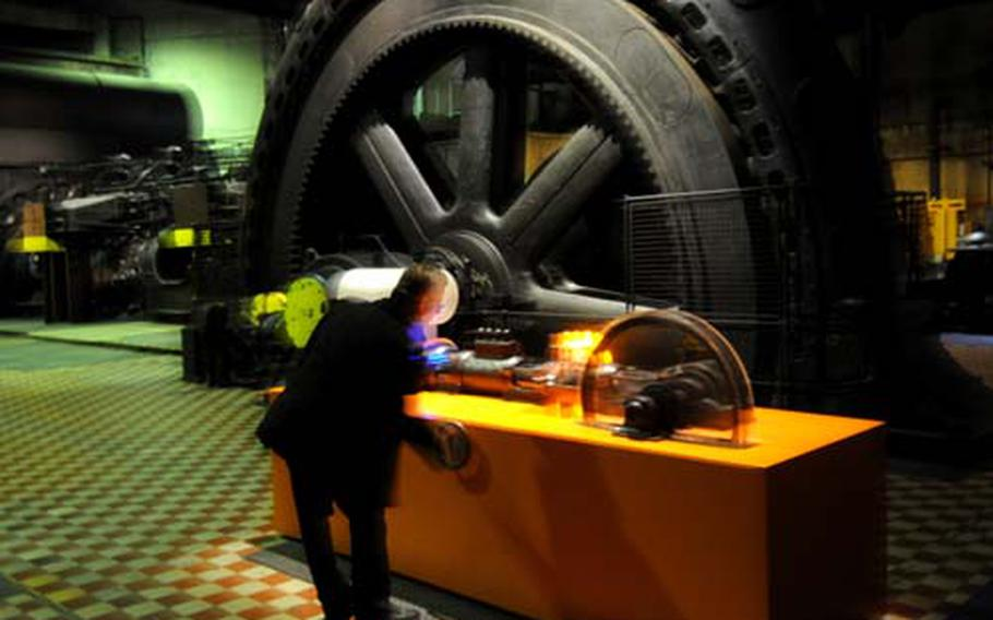 Spokesman Hanns-Wilhelm Grobe Grobe explains with the use of a model the function of this gigantic Otto motor to produce a powerful stream of air to operate the furnace at the former Völklinger Ironworks.