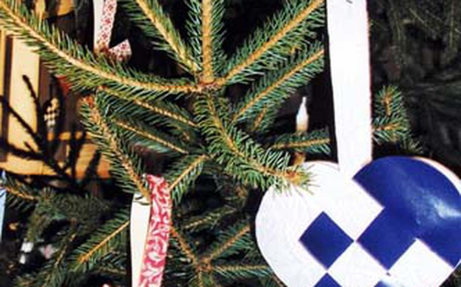 During the holidays, Norwegian schoolchildren often make these paper hearts as well as handmade Advent calendars.