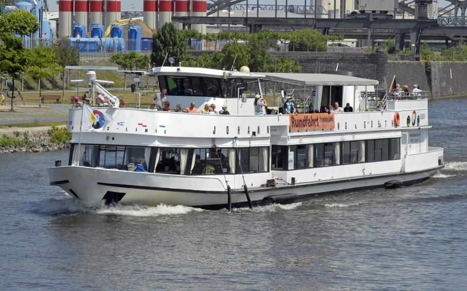 The Primus-Linie cruiser Johann Wolfgang Von Goethe, named after the German writer born in Frankfurt am Main, passes through the Osthafen area, known as Frankfurt's East Harbor. It features 120 indoor seats and 120 sun deck seats.