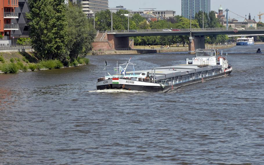 For nautical lovers, spotting personal and industrial ships is part of the fun during a Main River cruise.