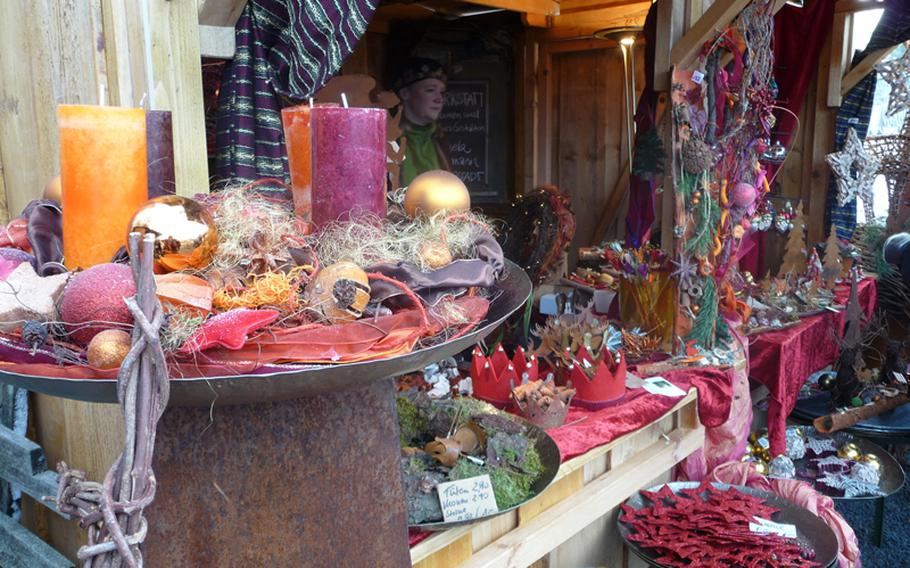 This florist stand offers star ornaments made from moss and decorations made from bark and other natural materials.
